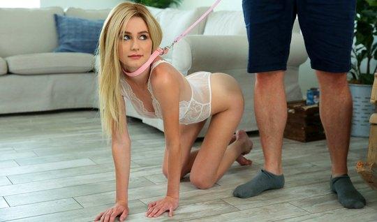 Молодая блондинка после шлепков по заднице скачет киской на ...
