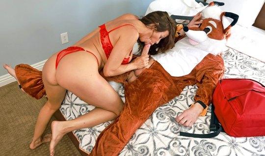 Брюнетка в красном белье не отказала парню в костюме для сек...