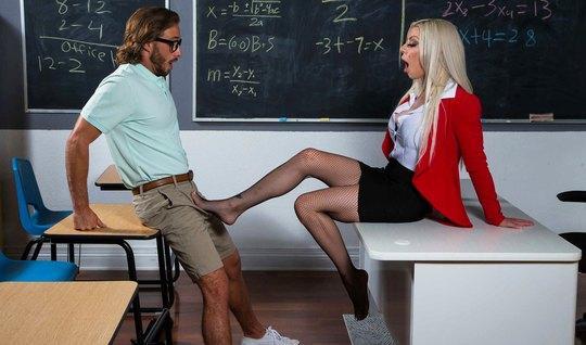 Татуированная мамка в чулках сделала студенту минет и раздви...
