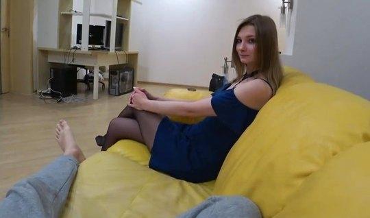 Сексуальная молодая подружка расслабляется от русского домаш...