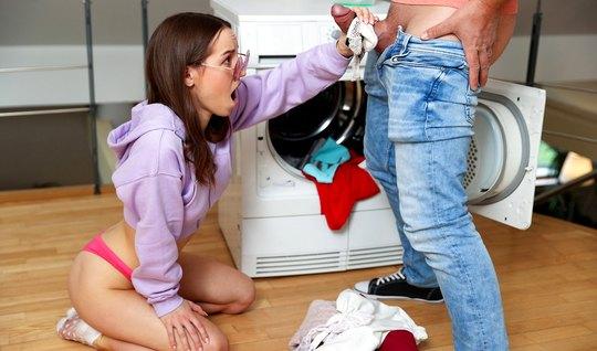 Молодая девушка после минета наслаждается сексом со своим лю...