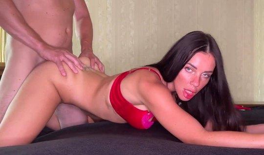 Русская брюнетка в белье и ее друг снимают домашнее порно...