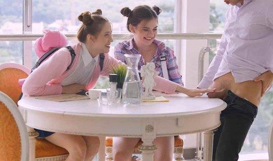 Парень вместо завтрака устроил молодым студенткам групповой ...