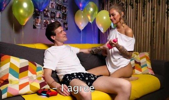 В честь дня рождения русская девушка подставляет попку для д...