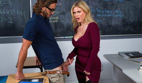 Учительница мамка с большими сиськами показала студенту тату...