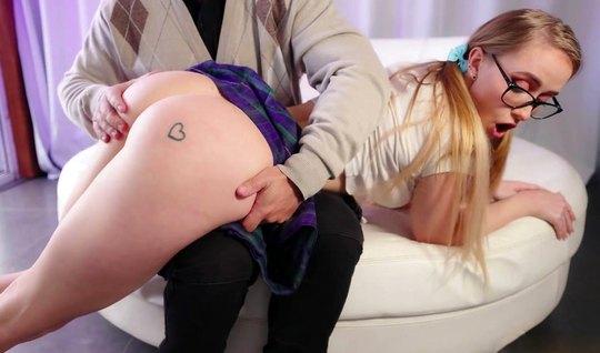 Студентка в короткой юбочке задрала ее и подставила попку дл...