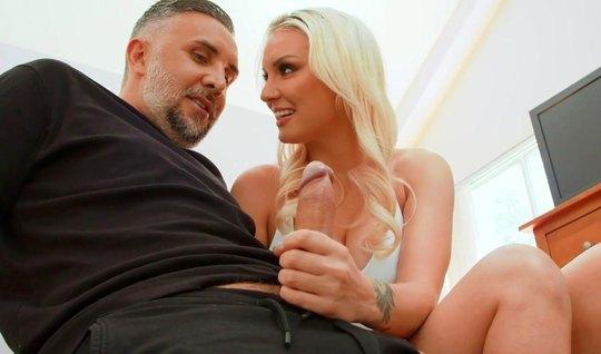 Блондинка с большими сиськами подставляет сочную попку для а...