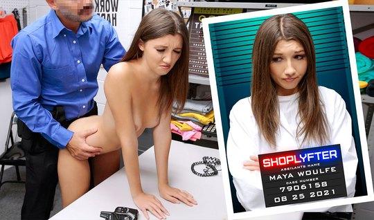 Молодая девушка в офисе подставляет тугую пилотку для порки ...
