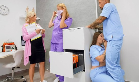 В офисе больницы врач и медсестра занимаются сексом в самых ...