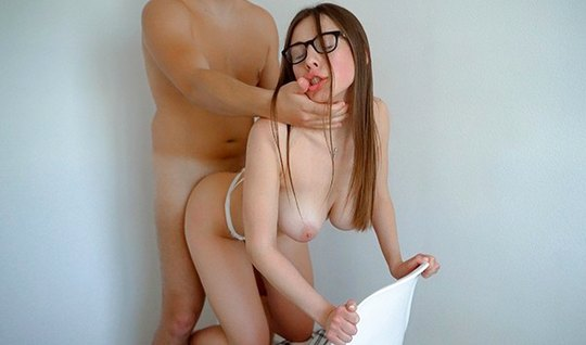 Красавица в очках сделала минет и подставила киску для домаш...