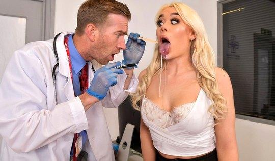 Блондинка пришла к врачу и впускает большой член в тугую дыр...