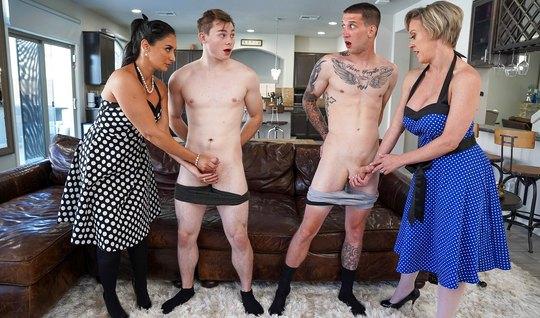 Татуированные мамки решили подарить парням групповой трах с ...