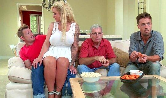 Грудастая толстая мамка с тату соблазнила сына друга семьи н...