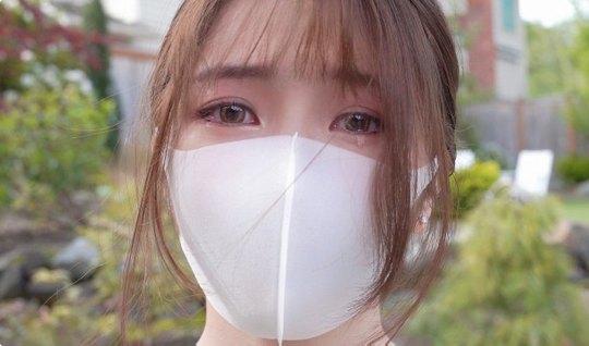 Японка в маске показывает выбритую пилотку для домашнего пор...