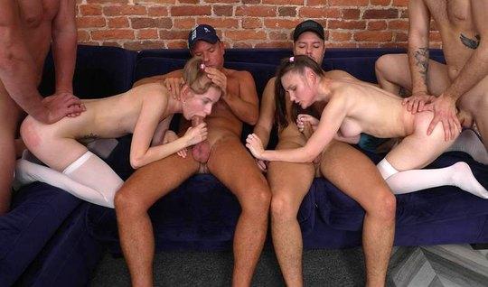 Молодые развратники на диване устроили оргию с двойным прони...