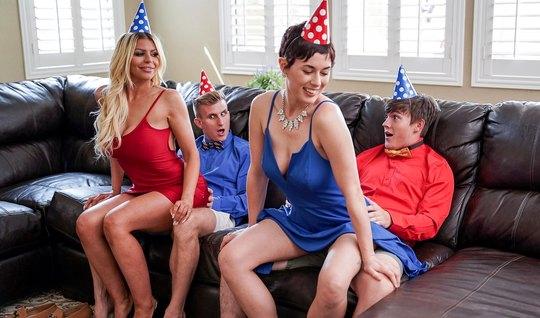 Две мамочки во время вечеринки подарили молодым парням групп...