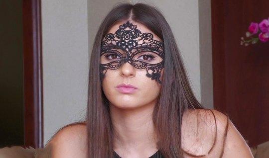 Сексуальная девушка в маске пришла на кастинг и занимается с...