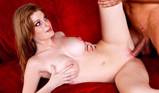 Рыжая красотка с большими сиськами трахается с любовником в ...