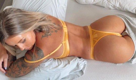 Татуированная блондинка не прочь участвовать в съемке домашн...