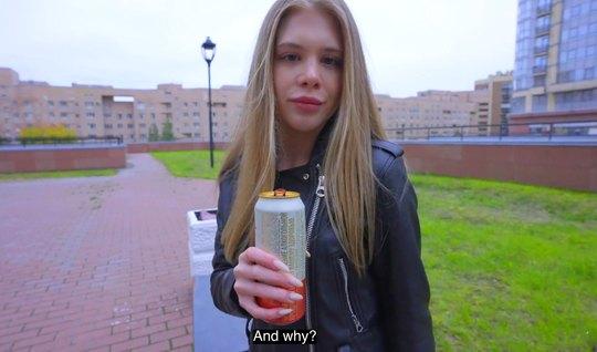 Русская молодая девушка согласилась пойти домой к парню и сн...
