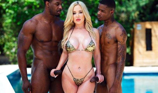 Блондинка в бикини трусит большими сиськами во время двойног...