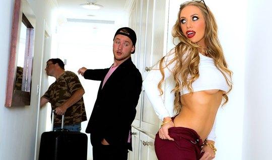 Парень соблазнил блондинку на секс в гостиной от первого лиц...