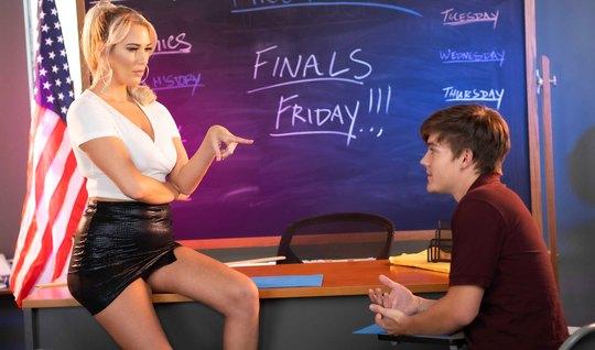 Красотка блондинка после уроков соблазнила студента на секс ...