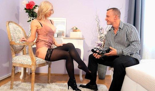 Блондинка в чулках трусит большими сиськами на члене своего ...