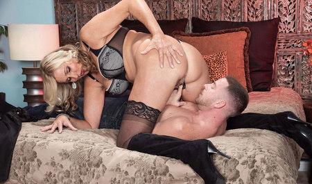 Крепкий парень долбит зрелую даму в манду с переходом на ана...