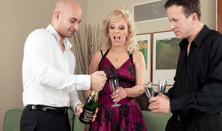 Парни напоили зрелую бабенку совестким шампанским и трахнули...
