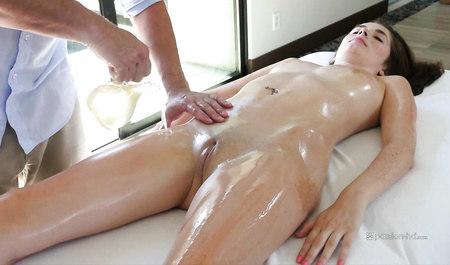 Крепкий парень на домашнем массаже обрабатывает большим конц...