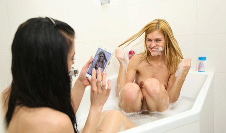 Лесбиянки из колледжа занимаются любовью в горячей ванне...