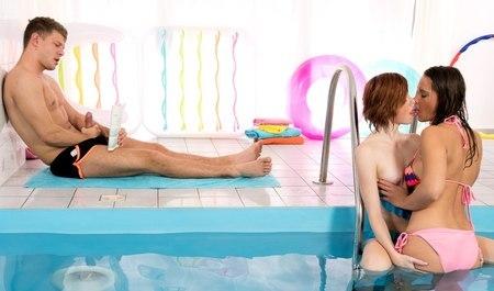 Местный парень сношает двух девушек в бассейне крепким члено...