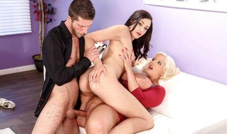 Молодой агент на кастинге легко разводит на групповой секс п...