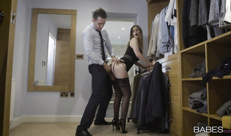 Швея-закройщица получает большой пенис в манду по самые поми...