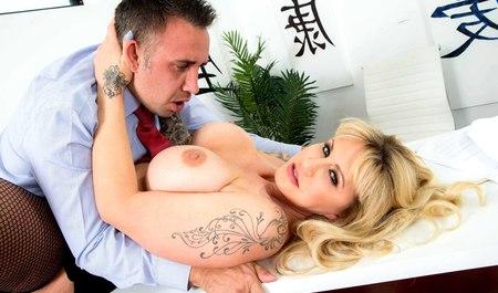 Мужчина занимается сексом с грудастой Райан Коннер на рабоче...