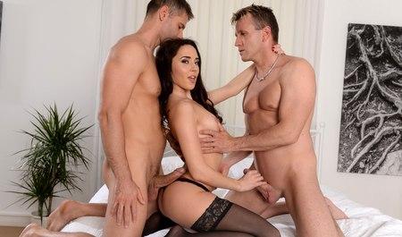 Пара мужчин удовлетворяет девушку двойным проникновением пос...