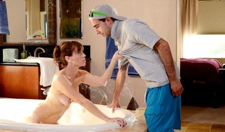 Парень кидает пару палок в жопу любовнице в ванне...