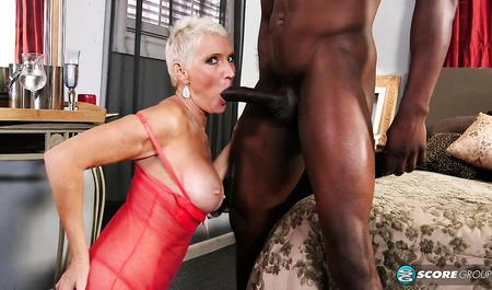 Перезрелая блондинка пьет шампанское после секса с негром...