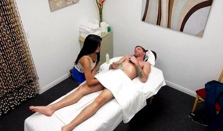 porno-s-yaponkami-na-massazhe