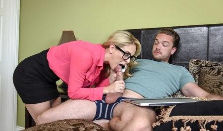 Пышная блонда делает квартиранту минет с последующим сексом...