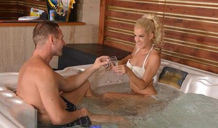 Парень трахается с подругой блондинкой в ванне