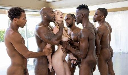 Межрасовая групповуха стройной блонды с черными любовниками ...