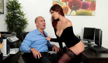Шеф трахает секретаршу в новых чулках на рабочем месте...