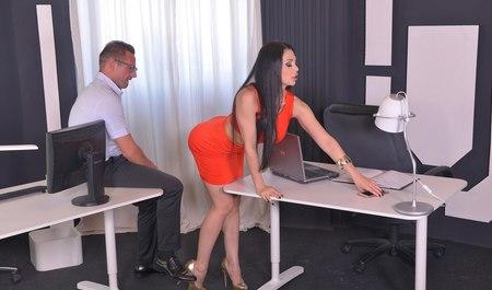 Сисадмин окучивает грудастую няшку в разных позах в офисе...
