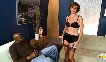 Негр с большим членом трахает замужнюю домохозяйку...