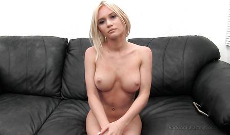 Агент дарит массу оргазмов стройной сисястой блондинке...