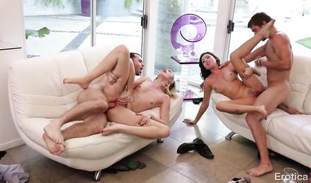 Женщины в свинг парах без ума от группового секса...