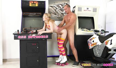 Смотритель игровых автоматов жестко порет молодую девушку...
