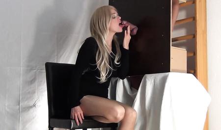 Блондинка с радостью сосет член в дырке шкафа...